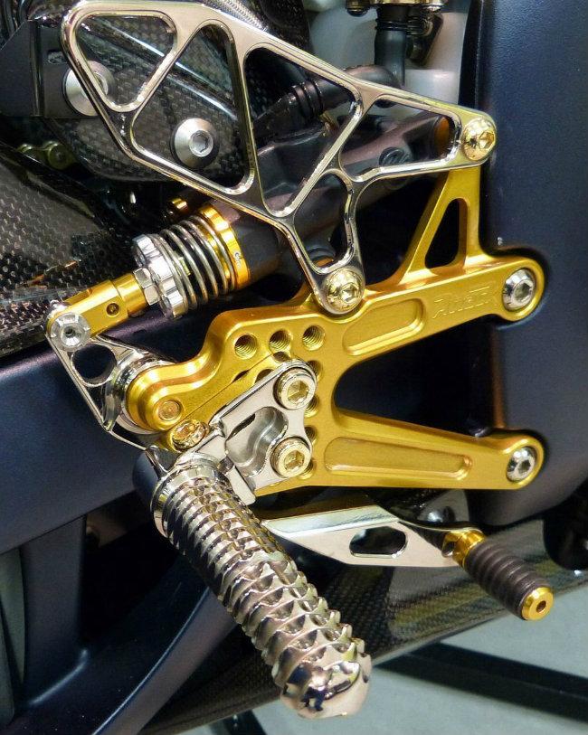 Với khao khát độ để đưa YZF-R1SP lên một tầm cao mới về thẩm mỹ, chủ nhân xế độ thậm chí đã bỏ ra 4.500 USD (khoảng 102 triệu đồng) để mua các thiết bị trước khi sở hữu 2006 Yamaha YZF-R1SP. Ảnh chỗ để chân của xe.