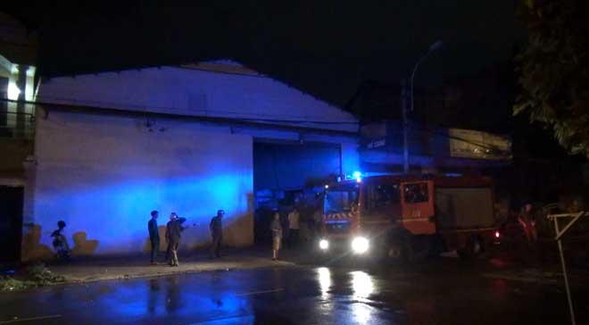 Sau tiếng nổ, nhiều người lao ra khỏi kho hàng đang rực cháy - 2