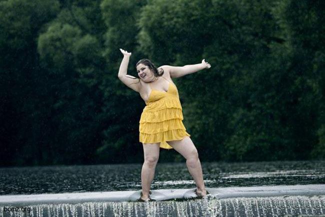 """Múa thì quá bình thường, múa ở đập mới  """" mạo hiểm """"  nè."""