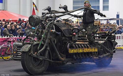 Kinh hoàng môtô mang động cơ xe tăng 1000 mã lực - 1