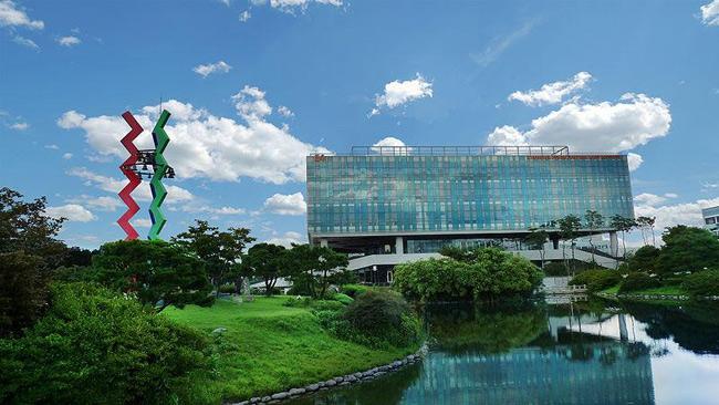 3. Viện Khoa học và Công nghệ Tiên tiến Hàn Quốc (KAIST) đứng thứ 41 trong bảng xếp hạng đại học hàng đầu thế giới năm 2018. Ngôi trường được thành lập năm 1971 và có hơn 10.000 sinh viên. Cơ sở chính của trường nằm ở Daejeon, bên trong Trung tâm khoa học và nghiên cứu của thành phố  -  Daedeok Innopolis, nơi được mệnh danh là Thung lũng Silicon ở Châu Á.