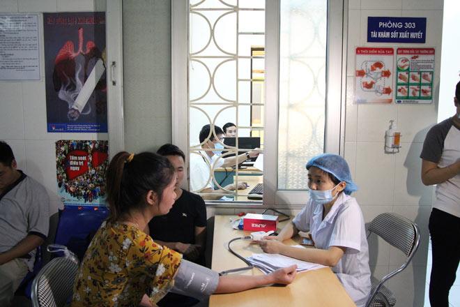 Người mắc sốt xuất huyết ồ ạt nhập viện, hội trường thành phòng bệnh - 3