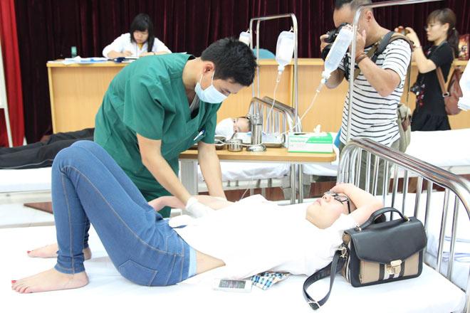 Người mắc sốt xuất huyết ồ ạt nhập viện, hội trường thành phòng bệnh - 4