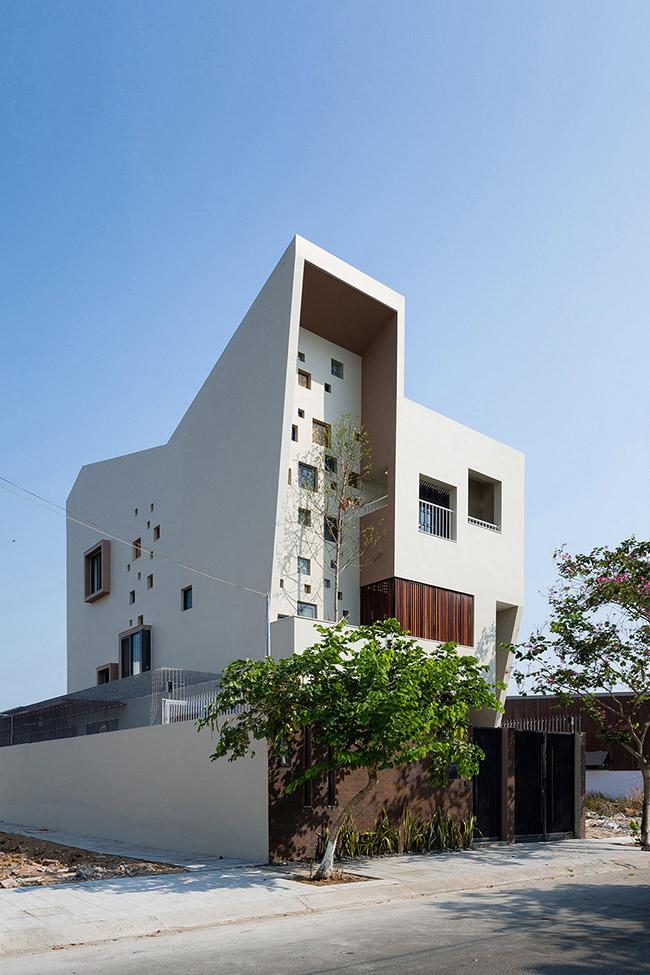 Ngôi nhà có tên  2H House  này tọa lạc tại khu đô thị mới Thạnh Mỹ Lợi, thuộc quận 2, Thành phố Hồ Chí Minh.