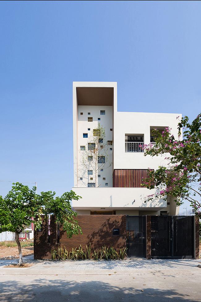 Thiết kế sáng tạo của ngôi nhà đã  lọt mắt xanh  tạp chí kiến trúc hàng đầu của Mỹ ArchDaily. Sau khi đăng tải, bài viết về  2H House  đã nhận được sự yêu thích của rất nhiều độc giả quốc tế.