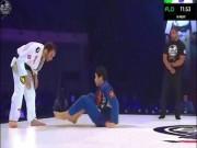 """Trò bẩn võ thuật MMA: Giả vờ lau sàn  """" cầu xin """"  để chiến thắng"""