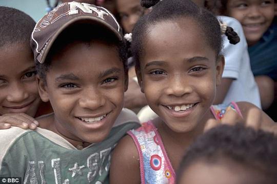 """Catherine và Carla, hai đứa trẻ được gọi là """"Guevedoces"""" ở CH Dominica"""