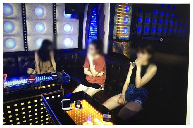 """Hàng chục """"dân chơi"""" bay lắc điên cuồng trong quán karaoke ở Hà Nội - 3"""