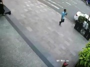 """An ninh Xã hội - Ô tô """"không cánh mà bay"""" khi người đàn ông vào cây ATM rút tiền"""