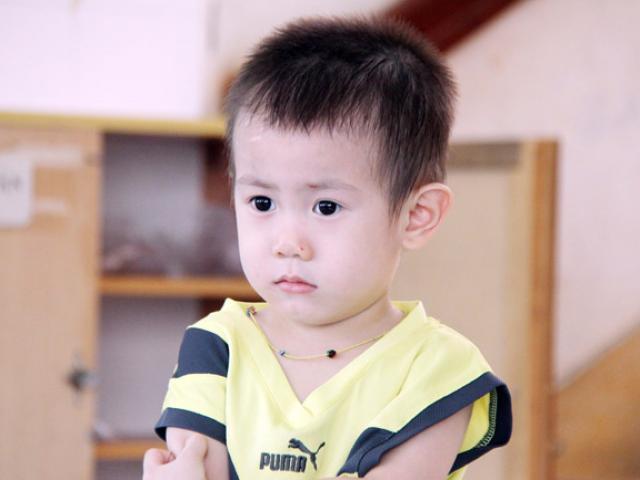 Bé trai khôi ngô nghi bị bỏ rơi ở trung tâm Sài Gòn