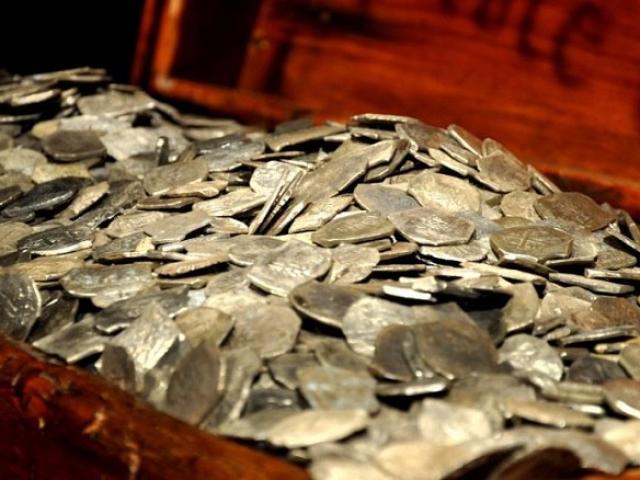 Anh: Tìm được kho báu 600 đồng xu cổ La Mã trên ruộng - 3
