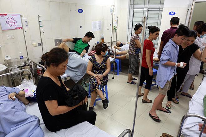 Bệnh nhân nằm la liệt ở hành lang vì sốt xuất huyết hoành hành - 2