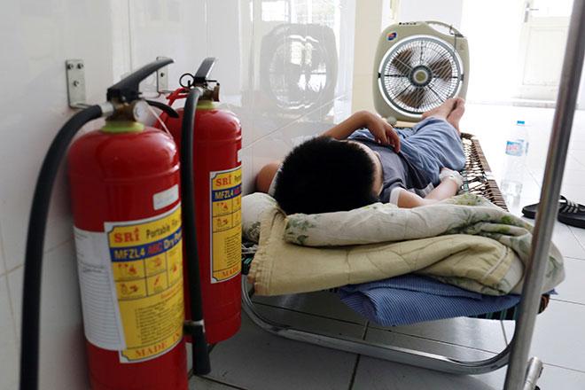 Bệnh nhân nằm la liệt ở hành lang vì sốt xuất huyết hoành hành - 7