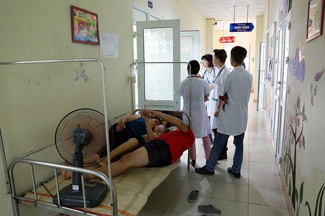 Bệnh nhân nằm la liệt ở hành lang vì sốt xuất huyết hoành hành - 4