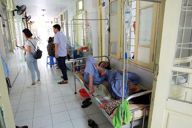 Bệnh nhân nằm la liệt ở hành lang vì sốt xuất huyết hoành hành - 6
