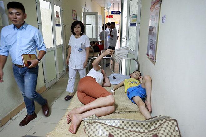 Bệnh nhân nằm la liệt ở hành lang vì sốt xuất huyết hoành hành - 5