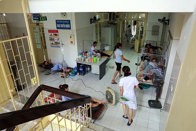 Bệnh nhân nằm la liệt ở hành lang vì sốt xuất huyết hoành hành - 8