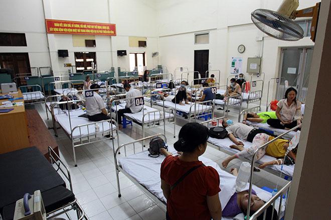 Bệnh nhân nằm la liệt ở hành lang vì sốt xuất huyết hoành hành - 14