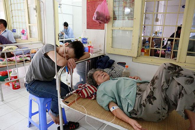 Bệnh nhân nằm la liệt ở hành lang vì sốt xuất huyết hoành hành - 11