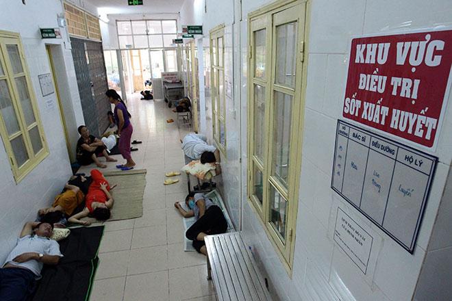 Bệnh nhân nằm la liệt ở hành lang vì sốt xuất huyết hoành hành - 16