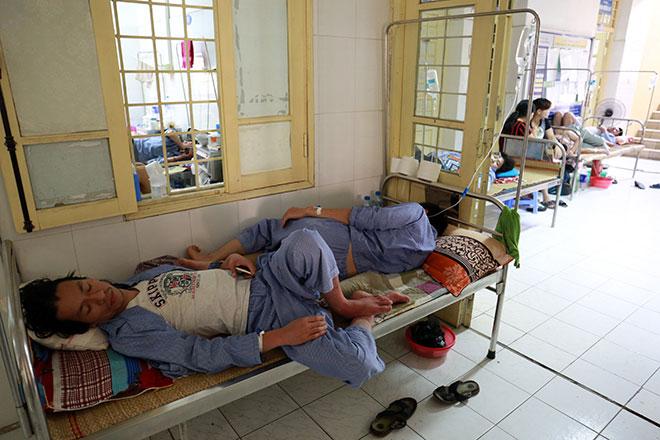 Bệnh nhân nằm la liệt ở hành lang vì sốt xuất huyết hoành hành - 10