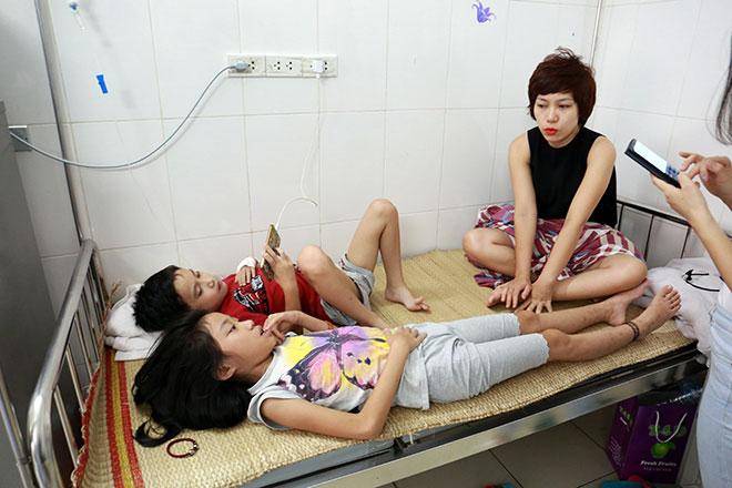 Bệnh nhân nằm la liệt ở hành lang vì sốt xuất huyết hoành hành - 13
