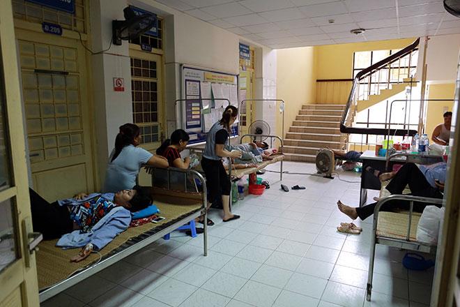 Bệnh nhân nằm la liệt ở hành lang vì sốt xuất huyết hoành hành - 9