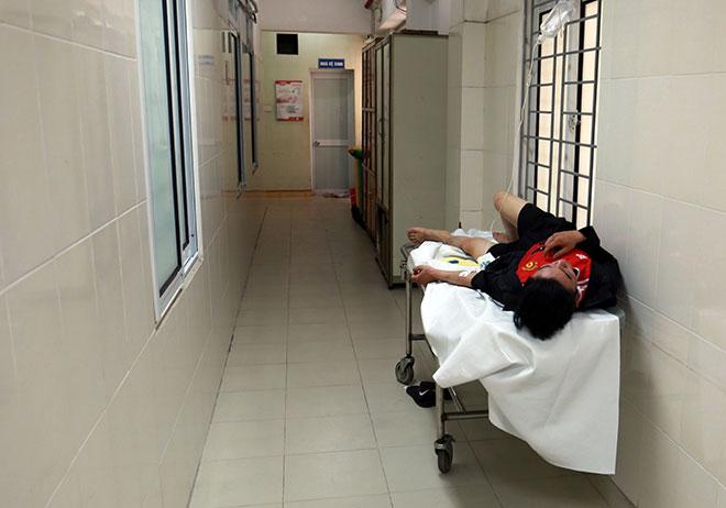 Bệnh nhân nằm la liệt ở hành lang vì sốt xuất huyết hoành hành - 12