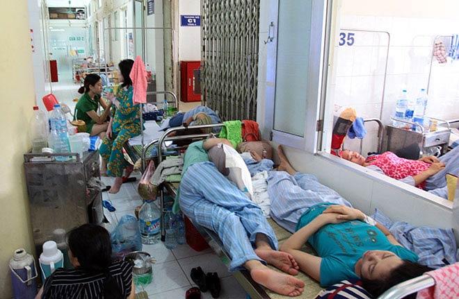 Bệnh nhân nằm la liệt ở hành lang vì sốt xuất huyết hoành hành - 15