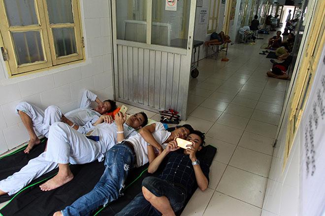 Bệnh nhân nằm la liệt ở hành lang vì sốt xuất huyết hoành hành - 17