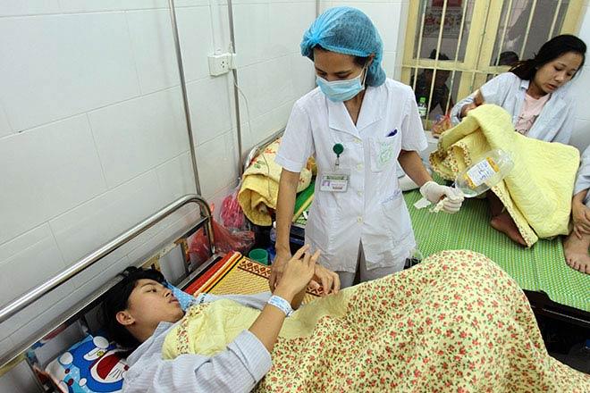 Bệnh nhân nằm la liệt ở hành lang vì sốt xuất huyết hoành hành - 18