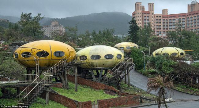 Khung cảnh hoang tàn đến lạnh người bên trong ngôi làng UFO ở Đài Loan - ảnh 1