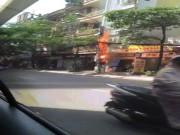 Tin tức trong ngày - Clip: Cột điện cháy đùng đùng, nổ như pháo trên phố HN