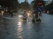 """Tin tức trong ngày - Cần Thơ: Mưa lớn, sấm sét dữ dội, đường biến thành """"sông"""""""