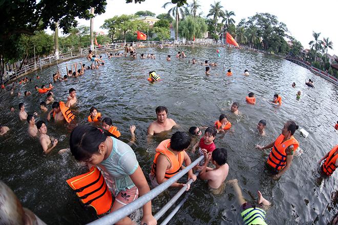 Ao tù hoá bể bơi xanh mát vạn người mê ở Hà Nội - ảnh 5