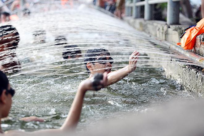 Ao tù hoá bể bơi xanh mát vạn người mê ở Hà Nội - ảnh 8