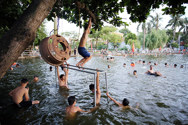 Ao tù hoá bể bơi xanh mát vạn người mê ở Hà Nội - ảnh 10