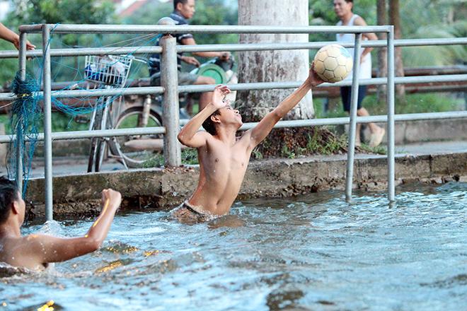 Ao tù hoá bể bơi xanh mát vạn người mê ở Hà Nội - ảnh 6