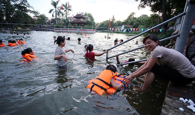 Ao tù hoá bể bơi xanh mát vạn người mê ở Hà Nội - ảnh 11