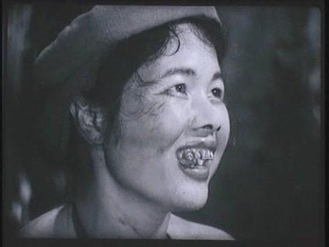 Choáng với tạo hình răng vẩu, ngọng líu lô của các người đẹp màn ảnh Việt - ảnh 11