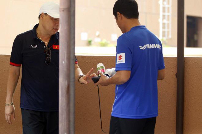 U22 Việt Nam: HLV Hữu Thắng so tài nâng tạ chuyên gia Đức - ảnh 2