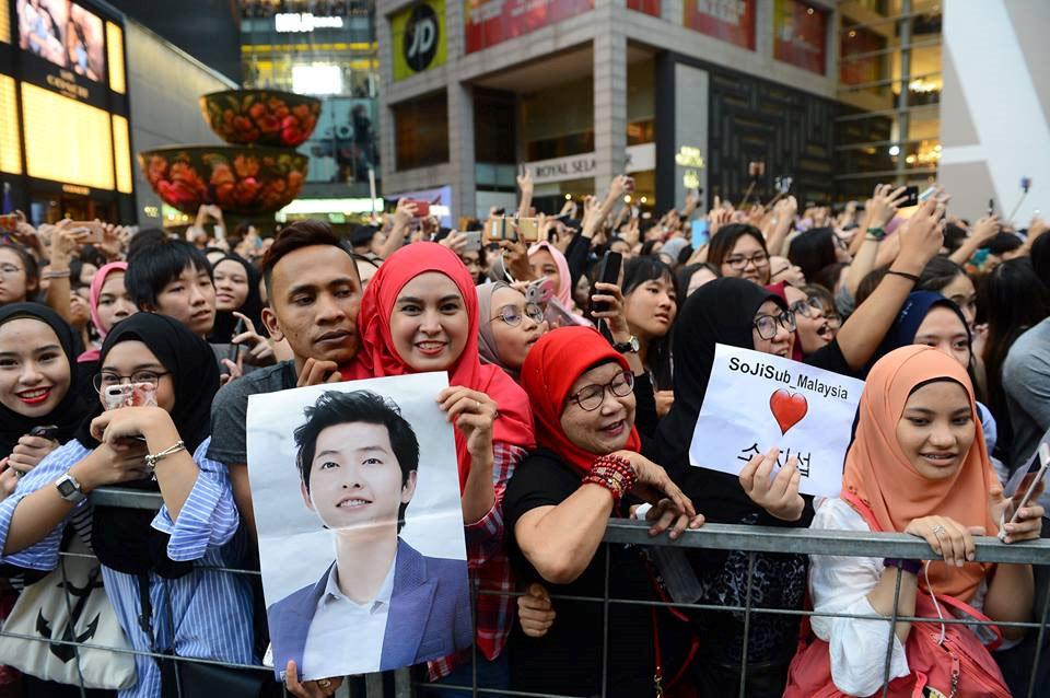 Hàng nghìn người đổ xô nhìn tận mắt chồng sắp cưới Song Hye Kyo - ảnh 2