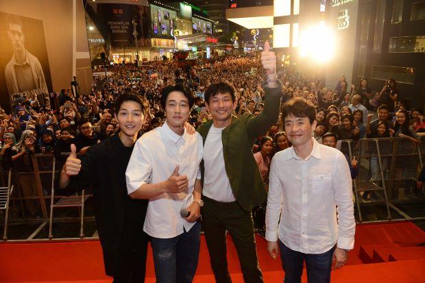 Hàng nghìn người đổ xô nhìn tận mắt chồng sắp cưới Song Hye Kyo - ảnh 1