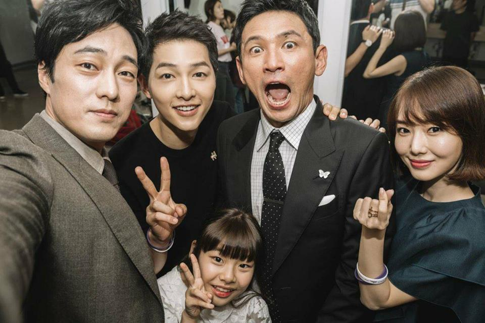 Hàng nghìn người đổ xô nhìn tận mắt chồng sắp cưới Song Hye Kyo - ảnh 3