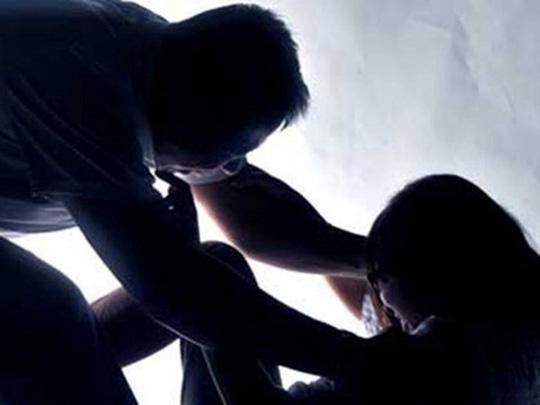 Đột nhập nhà, dùng kéo khống chế, hiếp dâm trẻ em - ảnh 1
