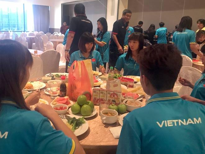 Tranh vàng SEA Games, ĐT nữ Việt Nam ăn mì tôm chống đói - 2