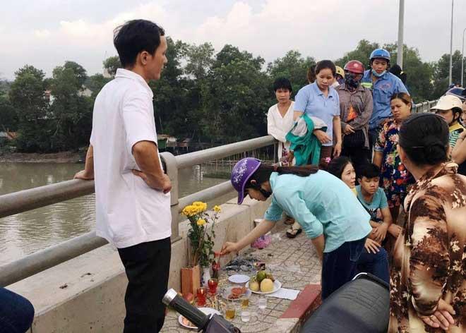 Bỏ lại bạn gái trên cầu, thanh niên gieo mình xuống sông Sài Gòn