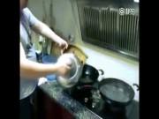 Clip chứng minh đàn ông vào bếp đúng là thảm họa