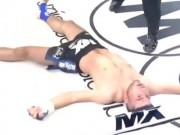 """Muay Thái: Cú chỏ kinh hoàng,  """" vỡ đầu """"  đối thủ nằm luôn"""
