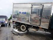 """Tin tức trong ngày - Sốc với hiện trường vụ tai nạn """"xế hộp"""" bẹp dúm dưới bánh xe tải"""